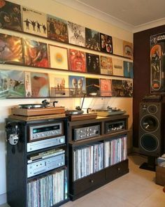 is my listening room. I previously shared it with r / audiophileHere is my listening room. I previously shared it with r / audiophileAudio Design - OboMusicLove Here is my listening room. Home Music Rooms, Music Studio Room, Music Bedroom, Studio Setup, Rooms Ideas, Bedroom Ideas, Vinyl Record Storage, Record Wall, Vinyl Record Display