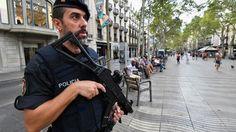 """Ricercato Younes Abouyaaqoub, 22 anni, il più riservato dei membri del gruppo radicalizzato composto di giovani di origini marocchine, tutti residenti a Ripoll. Potrebbe aver passato la frontiera. La madre: """"Si consegni, l'Islam non vuole che si uccida"""". Il ruolo chiave dell'imam nella radicalizzazione degli attentatori. Giallo sul ruolo del fratello di un attentatore di Cambrils che al momento è irreperibile. Fonti spagnole: """"Anche la Sagrada Familia era nel mirino del gruppo"""""""