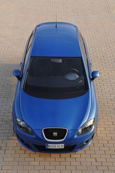 Die Vorderfront des SEAT Leon ist geprägt von charakteristischen Merkmalen, wie zum Beispiel: die geschwungenen SEAT-Scheinwerfer, die tiefe Frontschürze mit wabenvergitterten Lufteinlässe und natürlich die für den Leon typischen Radwülste, die ihm seine dynamische Form verleihen. http://www.seat.de/content/de/brand/de/models/leon/360-view.html