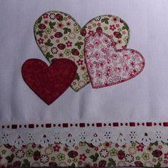 Pano de Prato bordado a mão em patch aplique, marca Estilotex. Hand Applique, Applique Patterns, Applique Designs, Embroidery Applique, Machine Embroidery, Embroidery Designs, Sewing Patterns, Applique Towels, Patch Quilt