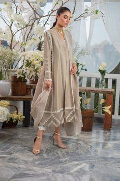 Simple Pakistani Dresses, Pakistani Fashion Casual, Indian Fashion Dresses, Pakistani Dress Design, Indian Designer Outfits, Pakistani Outfits, Indian Outfits, Kurti Pakistani, Pakistani Dresses Party