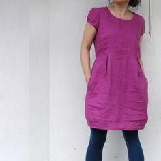 Šaty lněné šeřík tmavší…? Šaty ležérní (rošťácké až elegantní), šeřík tmavší či fialovorůžové s kapsami v bocích, oblékají se přetažením přes hlavu Určeno pro normální šířku ramen - figurantka na fokách má spíše širší  Len je přírodní materiál s mnoha skvělými vlastnosti zejména na léto (saje a velmi rychle schne), není vhodný pro ty, ...