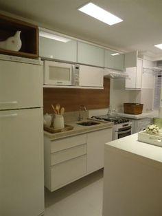Cozinha branca,  pprtas em vidro,  detalhes em madeira.