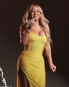 Mariah Carey made the most of her impressive figure during the World Blockchain Festival in Tokyo on Friday, pouring her ample curves into an eye-popping yellow, shimmery dress. Mariah Carey 90s, Mariah Carey Pictures, 60 Fashion, Womens Fashion, Hip Hop, Christina Aguilera, Female Singers, Famous Women, Yellow Dress