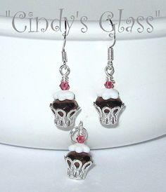 SALE Cupcake Earrings Chocolate Fudge FREE por CindysGlass en Etsy