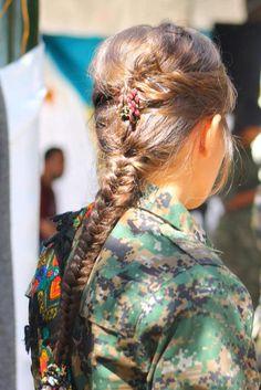 Un groupe de jeunes femmes kurdes ont rejoint YPJ, pour participer à la protection des femmes et des peuples du Rojava