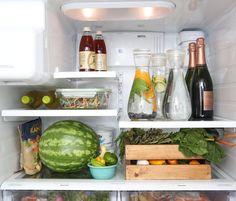 caixa-de-madeira-dispoe-os-vegetais-na-geladeira
