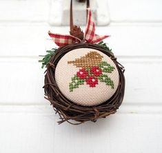 Idees gia ola: 100 christmas ideas with cross . Small Cross Stitch, Cross Stitch Finishing, Cute Cross Stitch, Cross Stitch Bird, Cross Stitch Designs, Cross Stitching, Cross Stitch Embroidery, Cross Stitch Patterns, Cross Stitch Christmas Ornaments