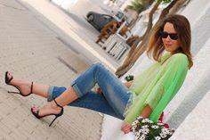 Me encanta esta combinación: vaqueros, sandalias de tacón y una blusa en verde flúor, perfecto tanto para el día como para la noche!!