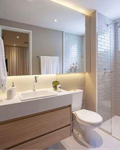 Que lindo esse banheiro em tons de bege !! ✨ Amo o efeito da iluminação indireta e vocês?! ♥️ ••• essa referência mara é do…