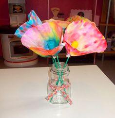 """Le thème de """"l'art est un jeu d'enfant""""  de ce mois de Novembre est """"Les couleurs """" Nous avons réalisé la technique du Tie and dye ..."""