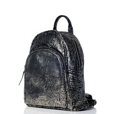 Mochila de cuero animal print negra y plateada - VESKI Chile encuentrala en http://veski.cl Leather backpack - Black and silver