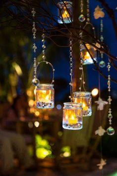 Ночью стеклянные подсвечники выглядят волшебно