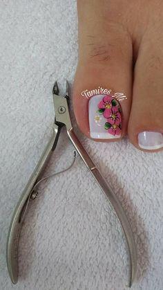 As unhas decoradas se tornaram febre no mundo todo, pois, é muito comum encontrar mulheres de todas as idades que não abrem mão de um visual caprichado complementado por uma unha decorada. Nos dias de hoje está cada vez mais difícil encontrar tempo para fazer as unhas em casa ou num salão de beleza, por… Pedicure Nail Art, Pedicure Designs, Toe Nail Designs, Toe Nail Art, Mani Pedi, Diy Nails, Cute Nails, Feet Nail Design, One Stroke Nails