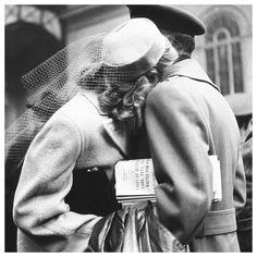 Love | Alfred Eisenstaedt ( 1898 - 1995 | Autor das fotografias mais representativas do último século - Alfred Eisenstaedt ajudou a definir o que seria o fotojornalismo nos Estados Unidos e no Mundo | #alfredeinstaedt @life #photoconcept #photojornalism #bwphotography