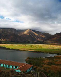 Esta bella laguna de Huacarpay, rodeada de pastos y juncos, se encuentra a 26 kilómetros del Cusco, en el denominado Valle Sur. Algunas personas acuden a nadar en ella, otros a observar la gran variedad de aves que posee o a pasar un tranquilo día de campo.