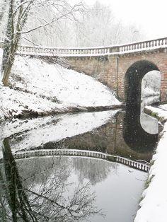 vwcampervan-aldridge:  Snow falls over the Bridge to Chillington Hall, Brewood, Staffordshire, England