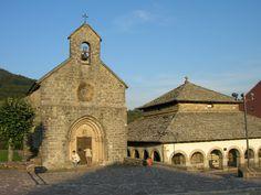 Capilla de Santiago en Roncesvalles. A su lado el Silo de Carlomagno.