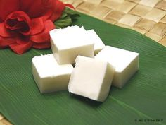 Hawaiian Haupia is coconut pudding as a finger food. Made with real coconut milk, This site has the recipes for traditional haupia made with cornstarch and this version, made with Knox gelatin. Pudding Desserts, Jello Desserts, Easy Desserts, Delicious Desserts, Yummy Food, Hawaiian Desserts, Hawaiian Recipes, Light Desserts, Asian Desserts