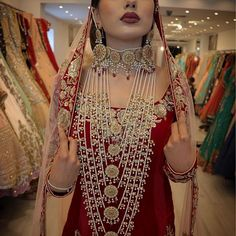 NOOR JEHAN Bridal set on this stunning beauty for the amazing Live Makeup Makeover Session. Beautifully captured by the very talented Gorgeous outfit ❤️ Indian Wedding Gowns, Pakistani Bridal Dresses, Indian Bridal Jewelry Sets, Wedding Jewelry Sets, Wedding Ring, Hyderabadi Jewelry, Makeup Makeover, Bollywood, Stylish Jewelry