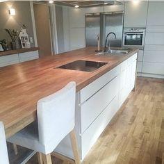 Mitt kjøkken. Stor benk som igjen gir stort rot? Iallefall var dette et heldig øyeblikk Minner om 30 % på alt under kjøkken hos dinevakreting.no#kvik#kjøkken#kitchen#nordiskehjem#skandinaviskehjem#skandinaviskæstetik #nordiskdesign#nordiskerom#minstil#mystyle#interiør#interior#interiør123 #benk#kjøkkenøy#kjøkkenbenk#ikea#barstoler#eik#kkliving#maison #inspirasjon#inspiration#nordicspace