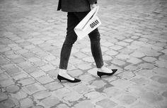Aceptémoslo ¡tus pies merecen un descanso! Por eso te mostramos nuestra selección de zapatos favoritos con tacones bajos para que absolutamente nada te impida caminar o bailar toda la noche. ¿Quién dijo que los kitten heels son de abuelita?