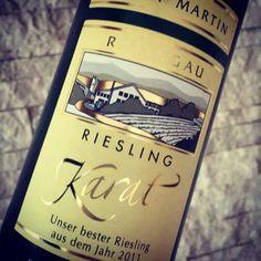 Unser Vorurteil war eher kritisch: Spätlese? Feinherb? Was kann das werden? Denkste! Korken raus. Schnuppern. Wein eingießen – und eine echte Überraschung erleben: Schon beim Einschenken bekommt man richtig Lust auf mehr als nur den ersten Schluck…  http://www.weinbilly.de/riesling/riesling-karat-erbacher-steinmorgen-2011-fur-eine-spatlese