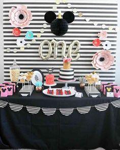 Siyah beyazın asaleti ile Mickey Mouse ve Çiçek Temalarının ahenk içinde kullanıldığı bir parti ile bugün sizlere Merhaba diyorum. Sade bir...