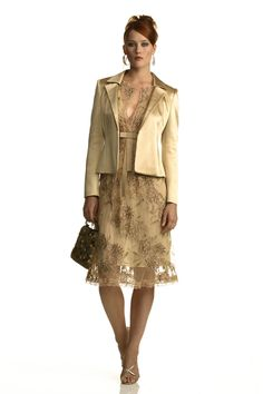 completo elegante: abito in pizzo finemente ricamato di paillettes con la giacca in cady couture colore beige dorato
