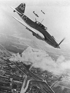 Советские штурмовики Ил-2 атакуют цели в Берлине, апрель 1945 г. - - - 10 марта 1941 года на Воронежском авиазаводе выпущен первый серийный штурмовик Ил-2. До начала В.О. войны будет изготовлено 249 таких машин.Он стал самым массовым боевым самолетом в истории. Всего было выпущено более 36 тыс. самолетов. Ил-2 отличался живучестью. На немцев он производил устрашающее впечатление. У немецких летчиков он получил название «летающая смерть».