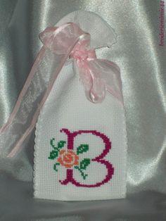 Sachet Initiale - B Fuchsia - Lavande. Brodé mains.  point de croix - cross stitch. mon Blog : http://broderiemimie44.canalblog.com/