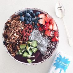 "V E G A N (@tessbegg) di Instagram: ""Days get colder & so do I still eating my açai bowls Topped it w/ chia pudding(yumm), choc-…"""