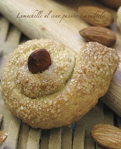 Lumachelle - the raisin and almond wine pastry Biscotti Cookies, Almond Cookies, Yummy Cookies, Italian Cookie Recipes, Sicilian Recipes, Italian Cookies, Italian Desserts, Italian Biscuits, Italian Recipes