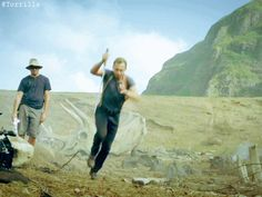 Tom Hiddleston on the set of Kong: Skull Island. Video: https://www.facebook.com/maryxglz/videos/759623400873014/ (Gif by Torrilla)