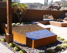 Gartenteich anlegen Flusssteine Kakteen Sukkulenten Sommer hohe Betonmauer Sichtschutz
