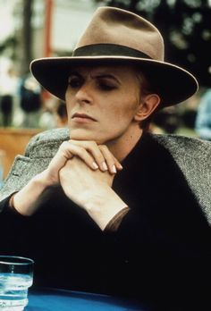 The Man Who Fell to Earth: David Bowie shoulder-robes his herringbone tweed. (from the Guardian's top Bowie looks) David Jones, Stoner Rock, The Thin White Duke, New Wave, Ziggy Stardust, Lady Stardust, The V&a, The Villain, Brixton