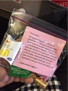 Pasgeboren baby komt samen met zijn ouders het vliegtuig in. Dan krijgt de passagier naast hen plotseling deze envelop... Een prachtig gebaar! - TrendNova