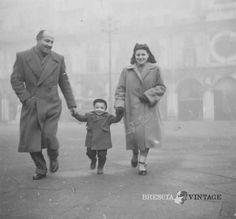 """""""Con papà e mamma a passeggio"""" - Piazza Loggia anni '50 http://www.bresciavintage.it/brescia-antica/storie-di-persone/con-papa-e-mamma-a-passeggio-piazza-loggia-anni-50/"""