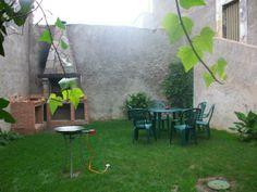 SALAMANCA, LA ATALAYA. Casa El_Corralón de la Atalaya, dispone de #seis_dormitorios con baño privado, salón cocina, sala de estar, cuarto de juegos y terraza. En el exterior hay un jardín con barbacoa, piscina, #pista_de_squash y cuarto con bicicletas. Situada en la comarca de #Ciudad_Rodrigo y dentro del casco urbano de la población.  #Bicicletas disponibles.