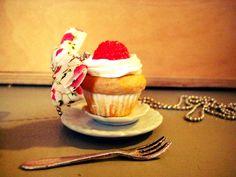 Sautoir avec son pendentif en forme de Cupcake à la framboise.