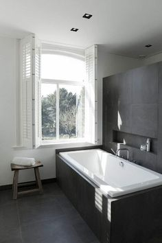 Baño gris-blanco