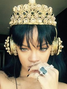 Let Rihanna's Dolce & Gabbana crown headphones inspire you to try an opulent pair of tech while listening to her much-anticipated new album. Good Girl Gone Bad, Fenty Rihanna, Bling Bling, Crown Headphones, Rihanna Style, Rihanna Looks, Rihanna Fashion, Gold Fashion, Urban Fashion