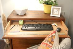 Turn Your Dresser Into a Desk With This Clever DIY! DIY Office Desk Related posts: Simple DIY desk made with pallet wood 24 and old refurbished dresser top. Diy desk from dresser ideas 50 super ideas Tiny workspace with a clever small DIY computer desk Furniture Update, Diy Furniture Projects, Repurposed Furniture, Diy Projects, Desk Redo, Dresser Desk, Diy Office Desk, Diy Desk, Work Desk