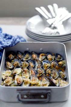 Gegratineerde-mosselen Seafood Dishes, Fish And Seafood, Seafood Recipes, Tapas, I Love Food, Good Food, Yummy Food, Healthy Cooking, Cooking Recipes
