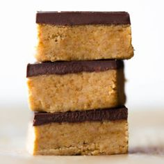 These 5 ingredient no bake peanut butter chocolate bars are so easy! They're fudgy, creamy, and absolutely addicting. They taste like peanut butter cups! Peanut Butter Cups, Peanut Butter Chocolate Bars, Peanut Butter Recipes, Peanut Butter Squares, Köstliche Desserts, Delicious Desserts, Dessert Recipes, Muesli, Key Lime