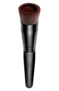 The ultimate face perfecting brush for no-fuss foundation application.