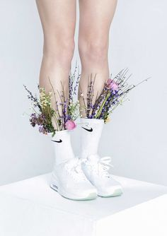 Fashion still life with plants and flowers on white background: very sharp and hip art direction. Beauty Photography, Still Life Photography, Fashion Photography, Shoe Photography, Mode Editorials, Foto Art, Arte Floral, Flower Fashion, Avantgard Fashion