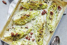 Bakad spetskål med rostade pekannötter och örtolja