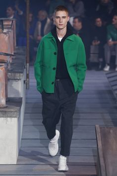 The complete Ami Fall 2018 Menswear fashion show now on Vogue Runway. Style Parisienne, Best Street Style, Preppy Mens Fashion, Look Man, Winter Mode, Fall Winter, Inspiration Mode, Men Street, Fashion Show Collection