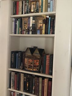 I put weird things on bookcases Miniature Rooms, Miniature Crafts, Miniature Fairy Gardens, Fairy Doors, Book Nooks, Fairy Houses, Book Crafts, Little Houses, Bookshelves